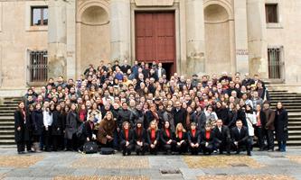 Foto de grupo de los 24.º Cursos de Especialización en Derecho en la escalinata del Palacio de Anaya (enero 2009)